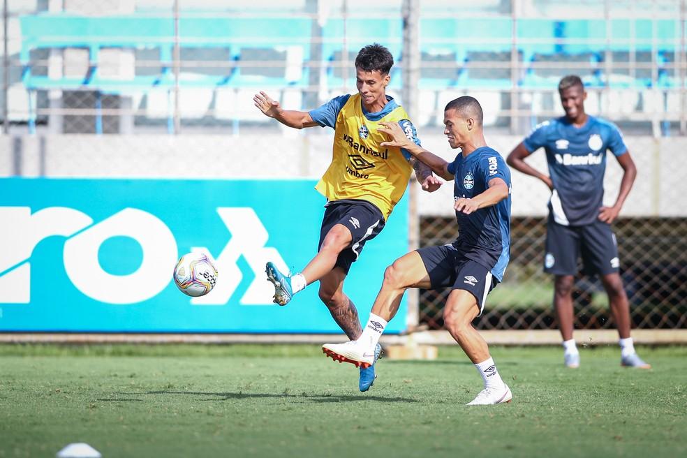 Ferreira (E) em treino do Grêmio — Foto: Lucas Uebel/Grêmio