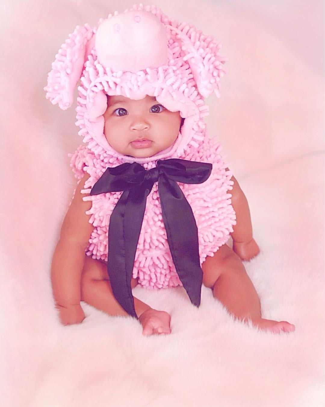 True, a filha fofa de Khloe Kardashian, de ovelha rosa  (Foto: Reprodução/Instagram)