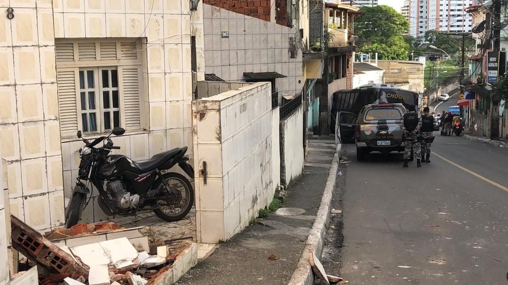 Micro-ônibus da Polícia Militar de Choque atingiu casas no bairro de Santa Cruz, em Salvador — Foto: Vanderson Nascimento/TV Bahia