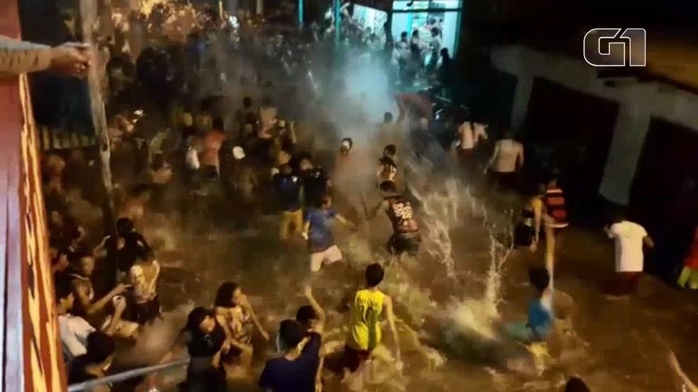 -  Moradores fazem festa em rua inundada após cheia do Rio Jari, no Sul do Amapá  Foto: Reprodução