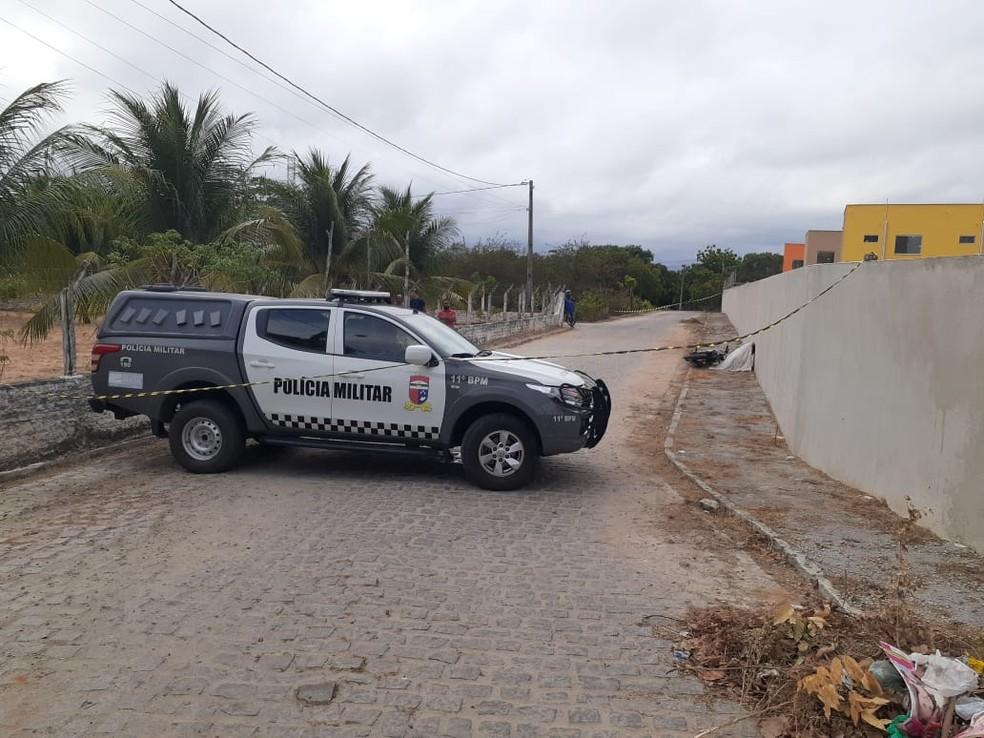 O corpo foi encontrado ao lado de uma moto, na calçada da rua Açu, no bairro Villar. — Foto: Kleber Teixeira/Inter TV Cabugi