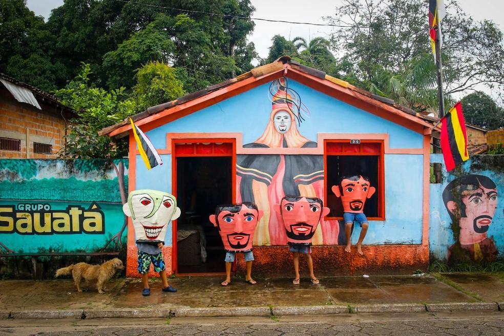 -  Crianças usam fantasia de bonecos cabeçudos no Arrastão do Boi Faceiro, em São Caetano de Odivelas.  Foto: Tarso Sarraf / O Liberal