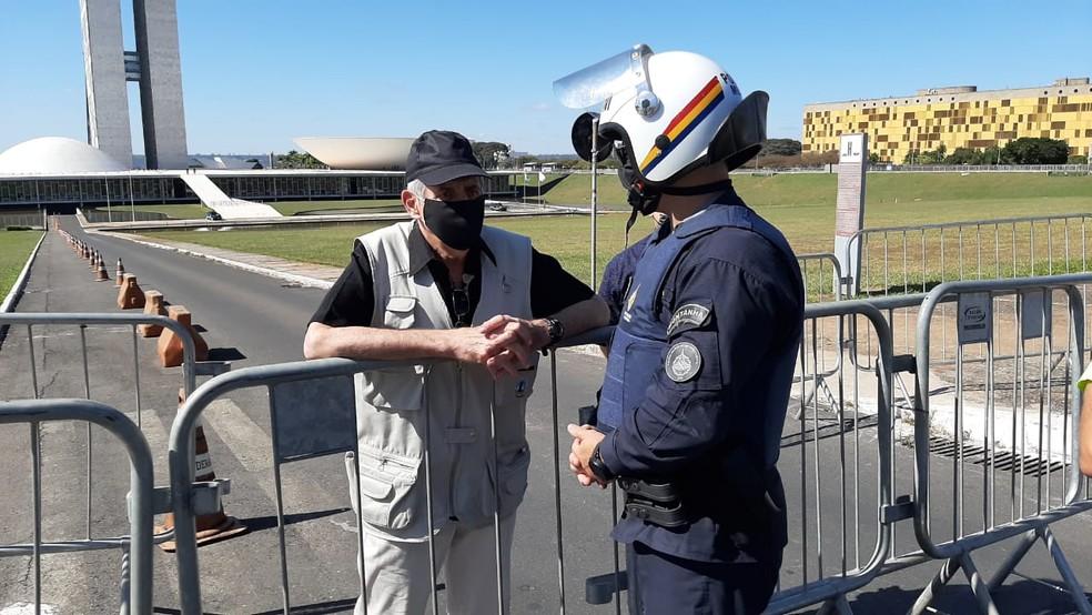 General Augusto Heleno conversa policial militar durante manifestação, neste domingo (7), em Brasília — Foto: Luiz Barbieri/G1