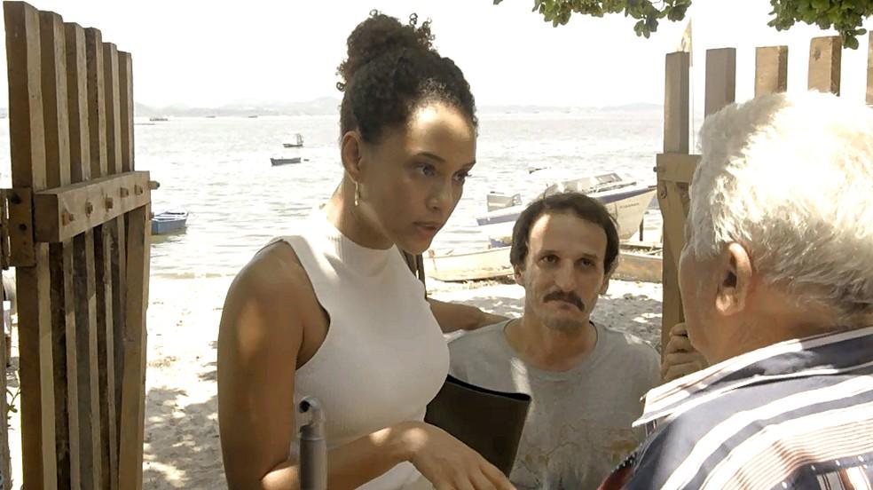 Vitória (Taís Araujo) entrevista moradores de Guaporim para coletar provas contra Álvaro — Foto: Globo