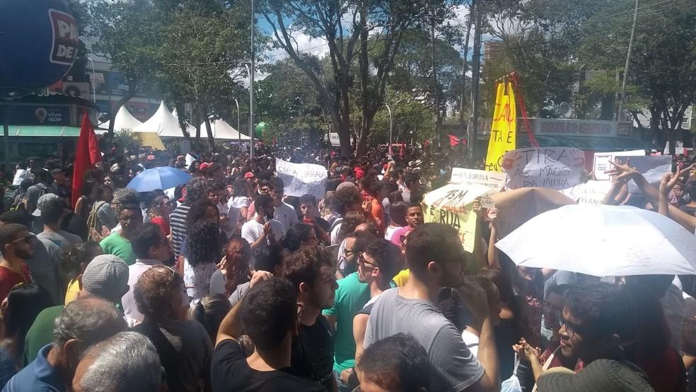 Ato público em Campina Grande contra os bloqueios nas verbas da educação — Foto: Marcos Vasconcelos/TV Paraíba