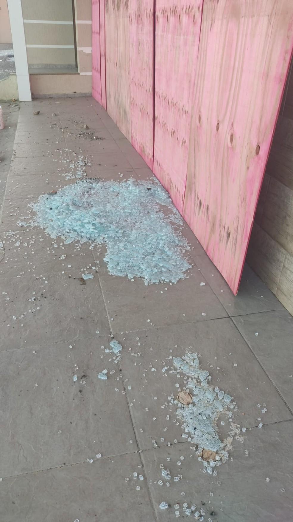 Cacos de vidro e tapume em mercado depredado em Palhoça — Foto: Polícia Militar/Divulgação