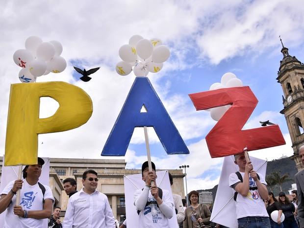 Defensores do acordo de paz na Colômbia se reúnem nesta segunda-feira (26) na praça Bolivar, em Bogotá, para celebrar a assinatura do acordo (Foto: GUILLERMO LEGARIA / AFP)