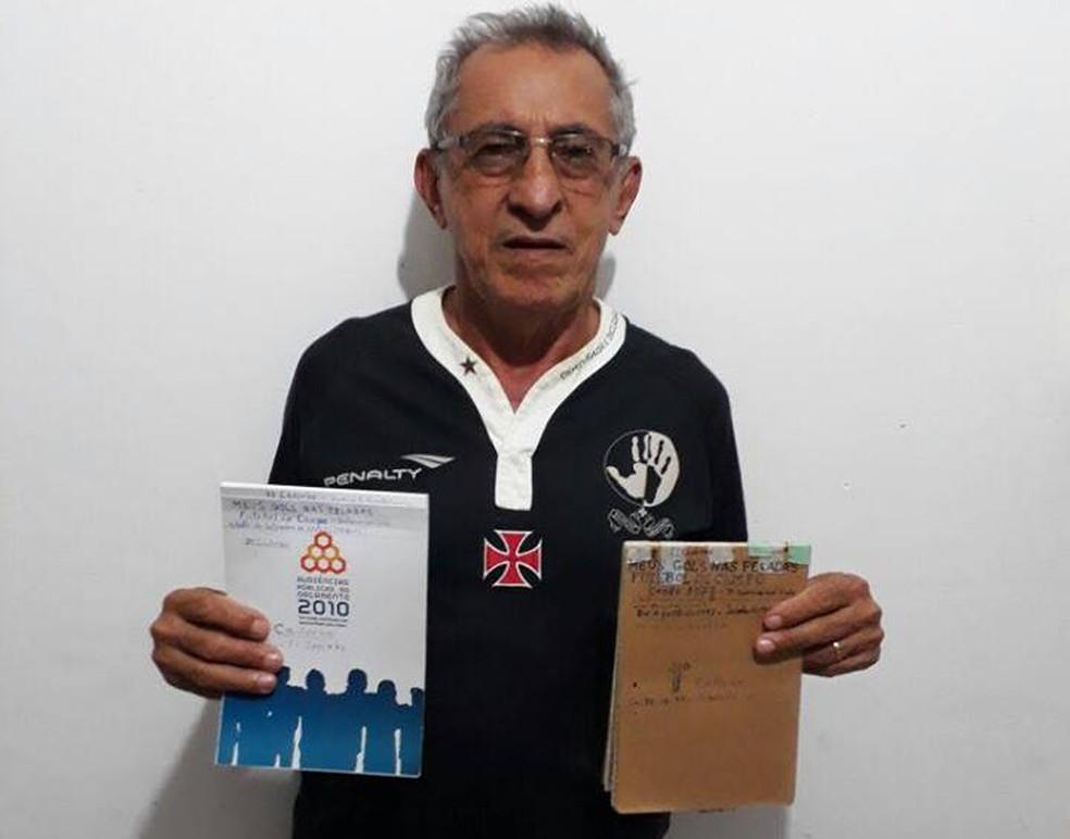 Antônio Sarin segurando as cadernetas que têm registrado os seus mais de 3000 mil gols (Foto: Arquivo Pessoal/Antônio Sarin)