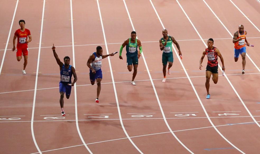 Momento da chegada da final do revezamento 4x100m do Mundial de Doha — Foto: Ahmed Jadallah/Reuters