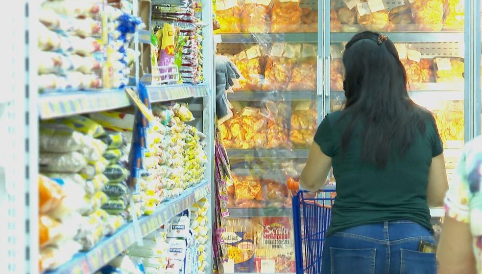 Cliente faz compras em supermercado — Foto: Reprodução/EPTV