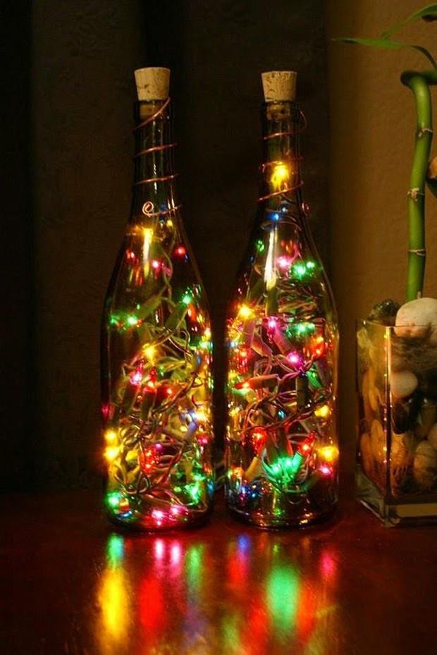 Reutilize as luzes de natal colocando-as dentro da garrafa (Foto: Pinterest/Reprodução)