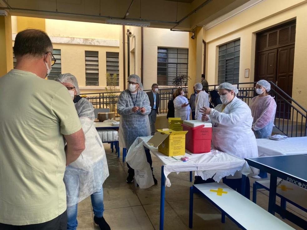 Botucatu aplica segunda dose da vacinação em massa contra Covid em quase 62 mil pessoas — Foto: Gabriela Prado/TV TEM