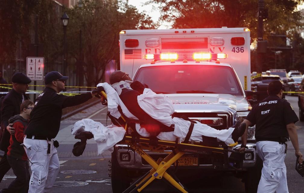 O pessoal de emergência transporta um homem em uma maca após ficar ferido em Nova York (Foto: Mark Lennihan/AP)