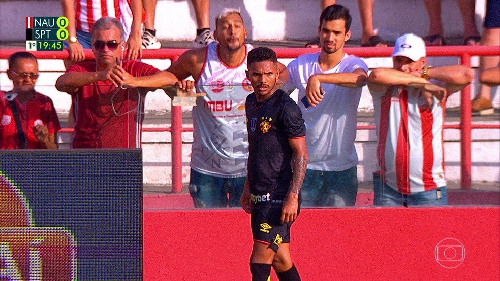 Torcedor do Náutico tenta cuspir em meia Pablo Pardal, do Sport — Foto: Reprodução