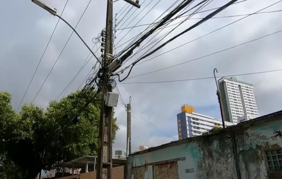 Morte ocorreu em poste na Rua Antônio Rangel, no bairro da Encruzilhada, na Zona Norte do Recife — Foto: Reprodução/TV Globo