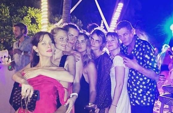 A atriz e modelo Ashley Benson com a atriz e modelo Cara Delevingne em uma festa (Foto: Instagram)