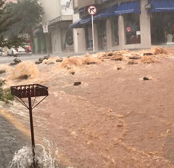 Chuva alagou ruas em Monte Sião (MG) neste domingo (1º) — Foto: Reprodução/EPTV