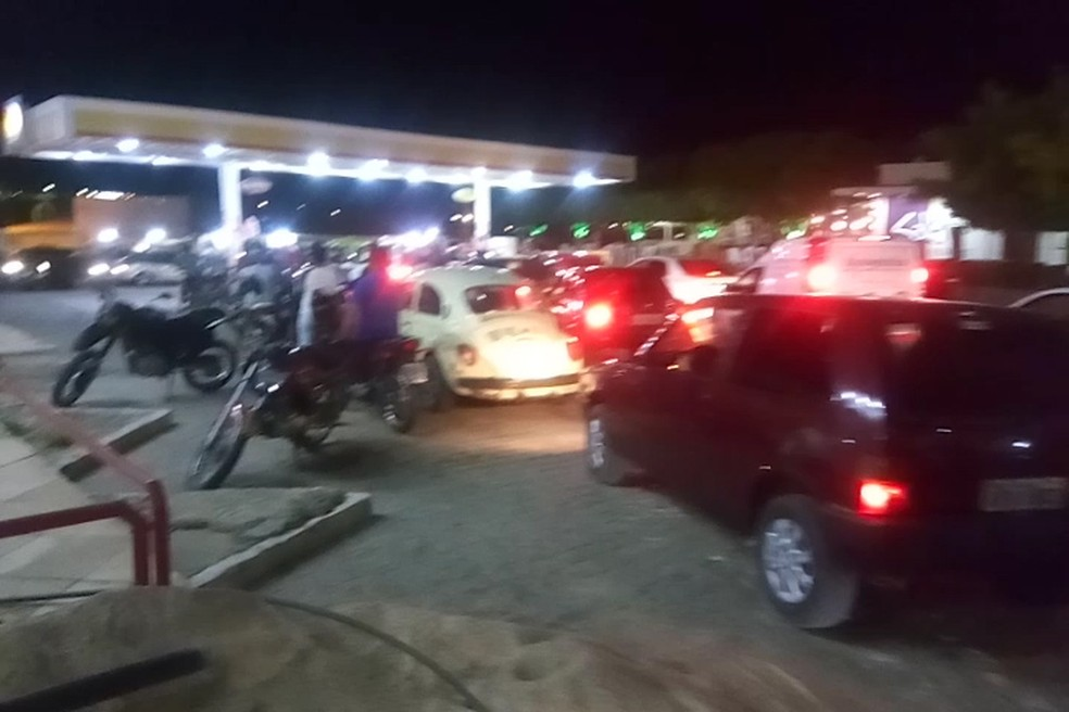 Motoristas enfrentam logas filas para abastecer em Salgueiro  (Foto: Reprodução)