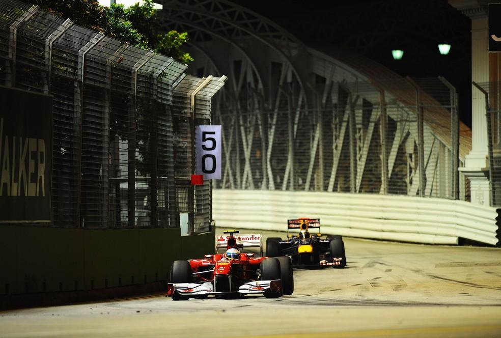 Alonso resistiu à pressão de Vettel para vencer em Singapura, em 2010 — Foto: Getty Images