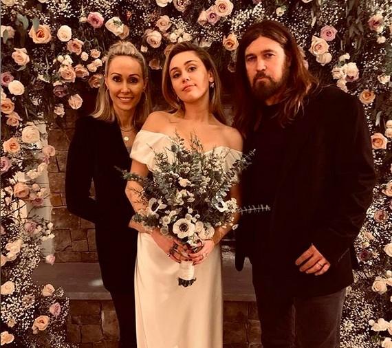 A cantora Miley Cyrus com os pais no dia do casamento dela com o ator Liam Hemsworth (Foto: Instagram)