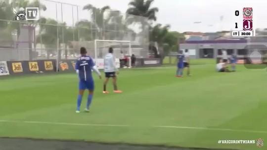Com escorregão de zagueiro e gol de volante, Corinthians empata jogo-treino com o Juventus-SP