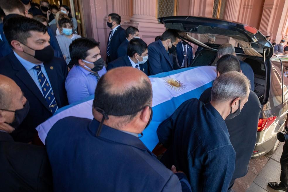 Caixão com corpo de Maradona é colocado dentro de carro fúnebre — Foto: Reuters