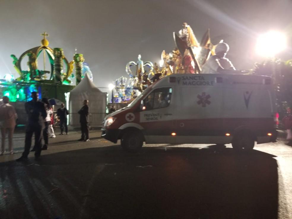 Ambulância com Arlindo Cruz na concentração do desfile da X-9 Paulistana, no Sambódromo do Anhembi — Foto: Tatiana Regadas/G1