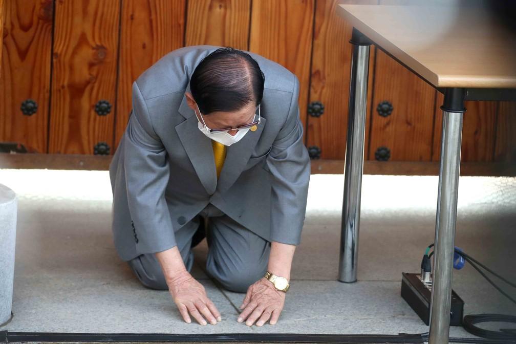 Líder religioso Lee Man-hee, fundador da seita da Igreja Shincheonji, se ajoelha em público na segunda-feira (2) — Foto: Pool/AFP