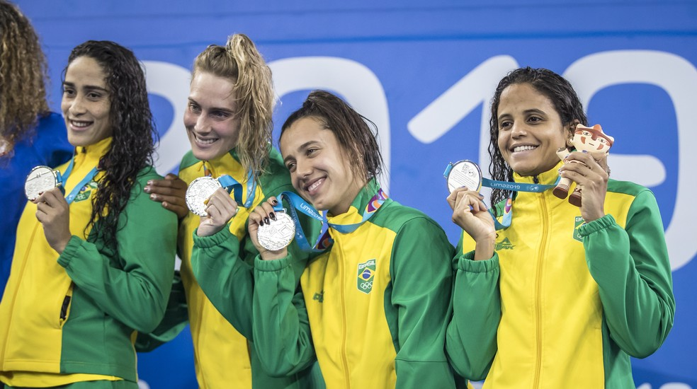 Equipe feminina no revezamento 4 x 100m livre da natação, prata no Pan 2019 — Foto: Jonne Roriz/COB
