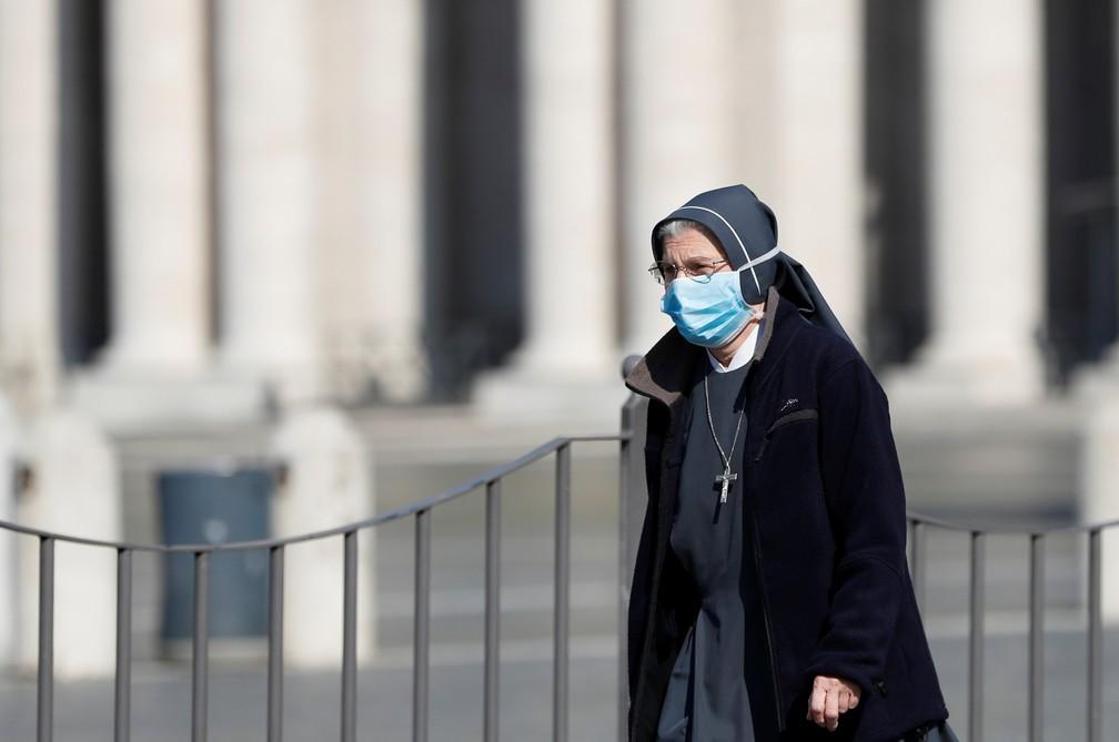 8 de abril - Uma freira usando máscara de proteção passa por uma vazia Praça de São Pedro, no Vaticano, nesta quarta-feira (8) — Foto: Yara Nardi/Reuters