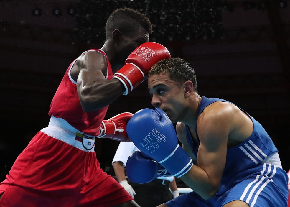 Oscar Collazo (de azul) venceu o colombiano Yuberjen Herney Rivas Martinez na final da categoria 49kg — Foto: Ivan Alvarado/Reuters