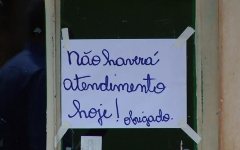 Cartaz colocado na porta de unidade de saúde em Cachoeira Dourada, em Goiás (Foto: Reprodução/TV Anhanguera)