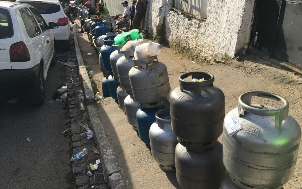 Moradores do Grande Recife formam filas com botijões de gás em frente a revendedoras (Foto: Elvys Lopes/TV Globo)