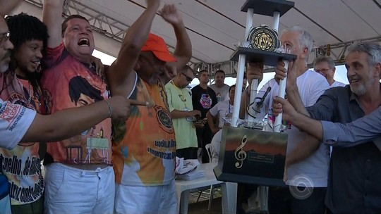 Diogo Nogueira comemora vitória de Imperatriz Dona Leopoldina na capital