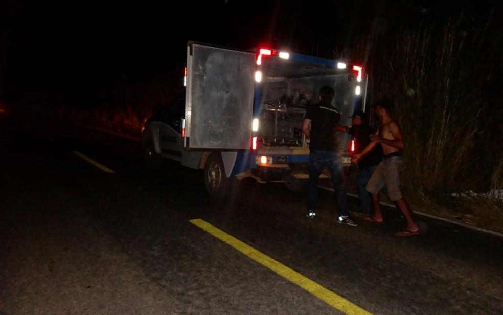 Corpo de homem atropelado foi encaminhado para IML de Barrerias, no oeste da Bahia — Foto: Ivonaldo Paiva/Blog Braga
