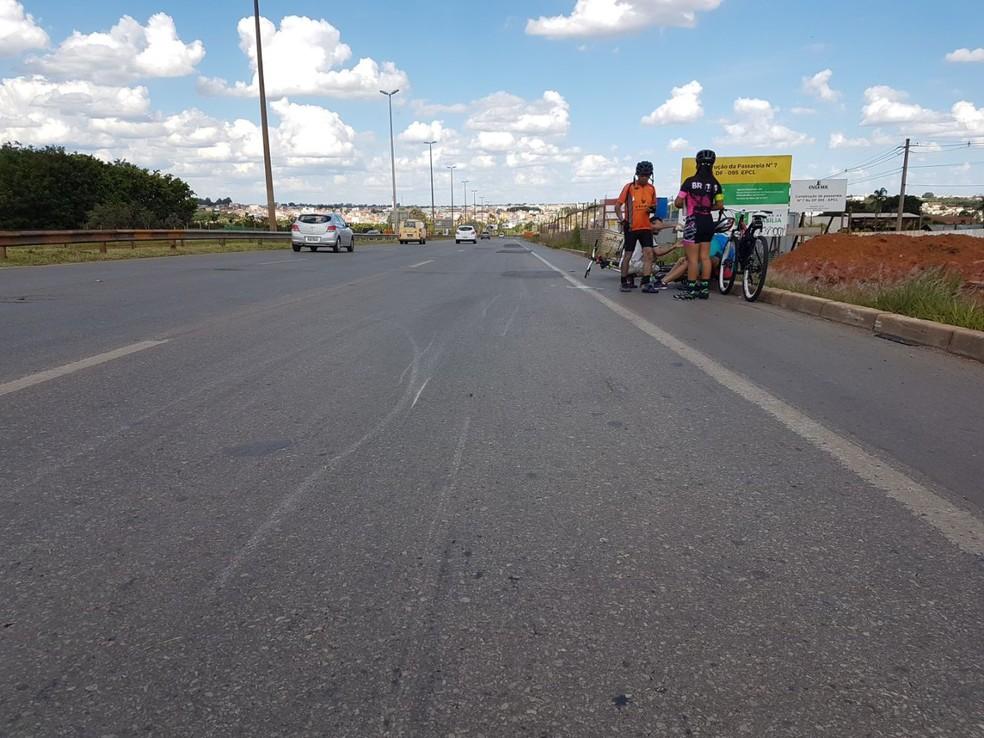 Grupo de ciclistas deixam bikes em acostamento da via Estrutural após atropelamento (Foto: PMDF/Divulgação)