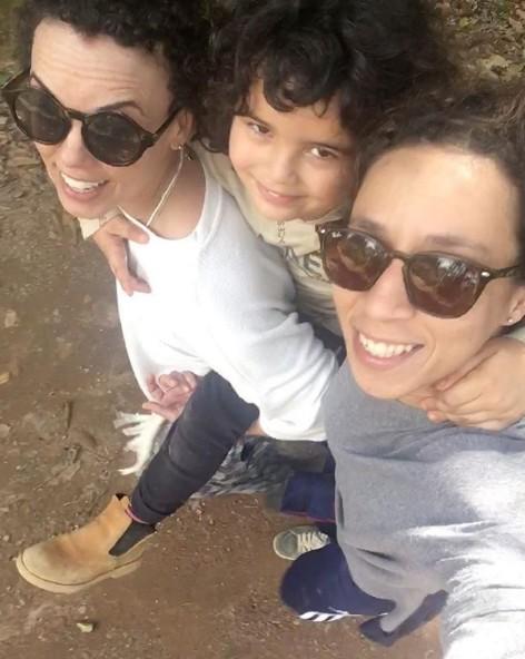 Thalita Carauta com o filho e a ex, Aline Guimarães (Foto: Reprodução)