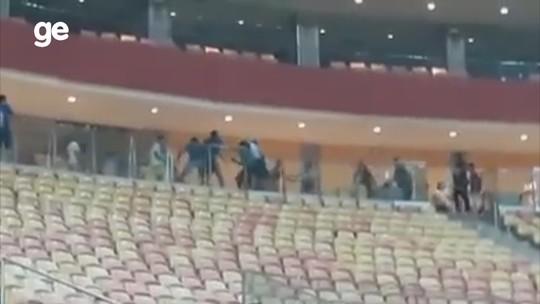 Federação exige que árbitro inicie jogo sem policiamento, e torcida briga nas arquibancadas; vídeo