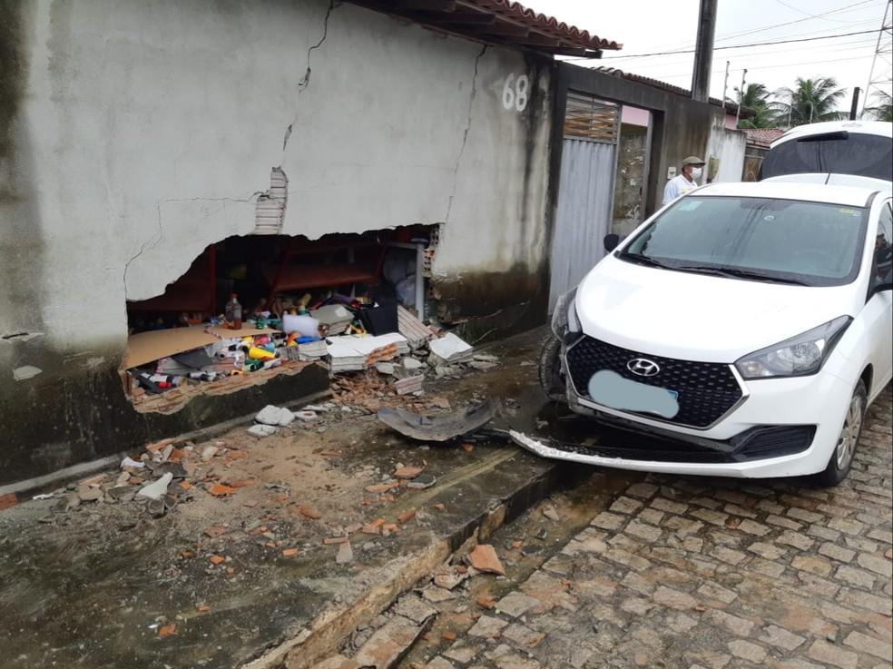 Bandidos bateram o carro em uma casa durante perseguição da PRF na Grande Natal — Foto: PRF/Divulgação