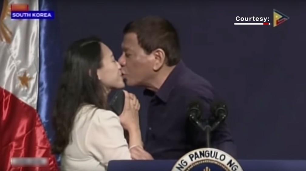 Presidente filipino, Rodrigo Duterte, beija funcionária filipina em evento ao vivo na Coreia do Sul, em 2018 — Foto: Reprodução/YouTube