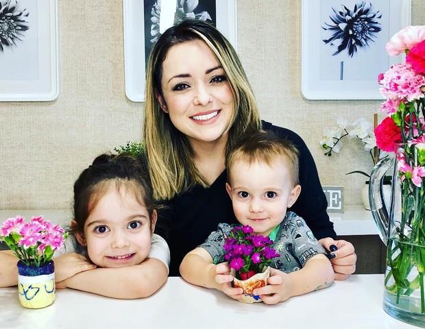 Flavia Calina com os filhos Victoria, 3, e Henrique,1 (Foto: Reprodução/Instagram)