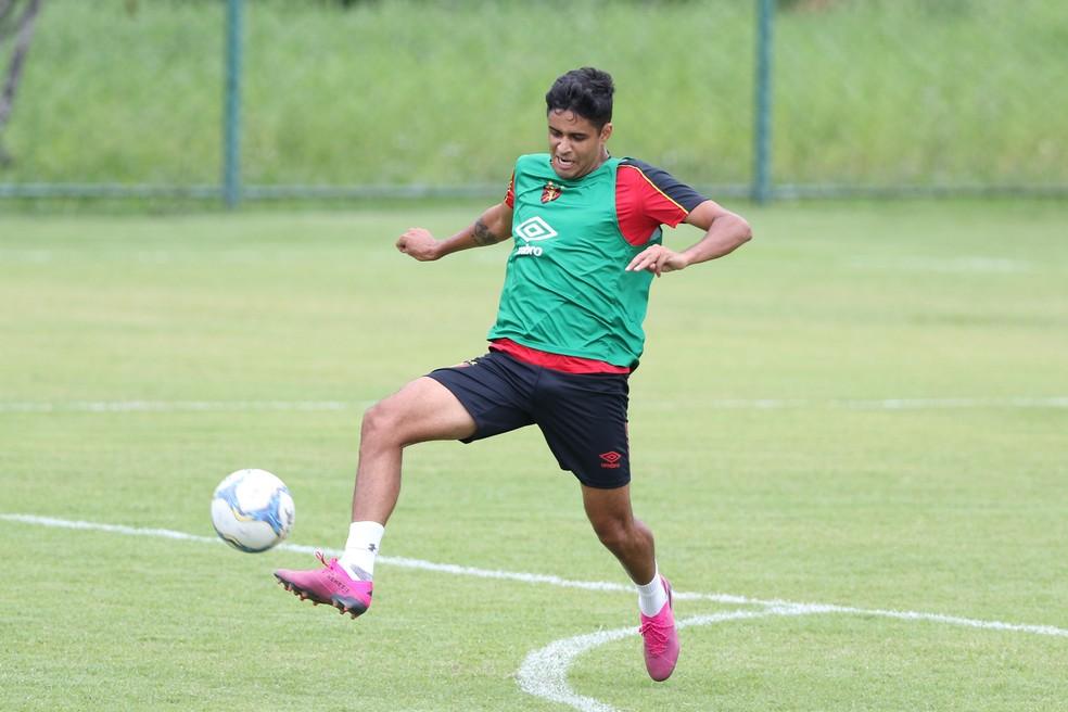 Léo Artur em ação durante treino do Sport — Foto: Marlon Costa / Pernambuco Press