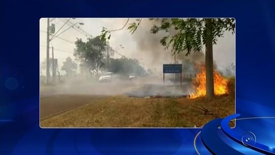 Área de pasto de propriedade rural pega fogo em Araçatuba