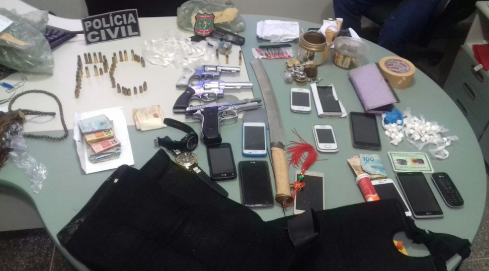 Uma pistola 380, um revólver calibre 38, outro revólver calibre 32, munições e drogas foram apreendidos pela polícia. (Foto: Reprodução/TV Verdes Mares)