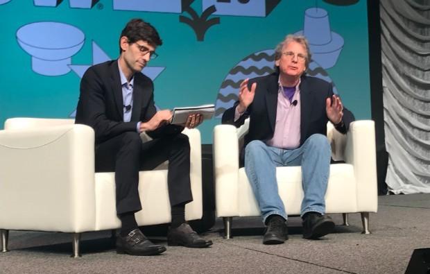 Roger McNamee (à dir.) é entrevistado pelo jornalista Nicholas Thompson, da Wired (Foto: Mariana Iwakura)