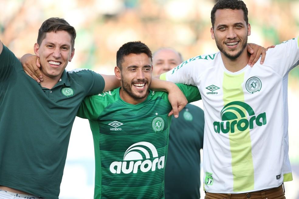 Follmann, Alan Ruschel e Neto celebram vitória da Chape na Arena Condá — Foto: Sirli Freitas/Chapecoense