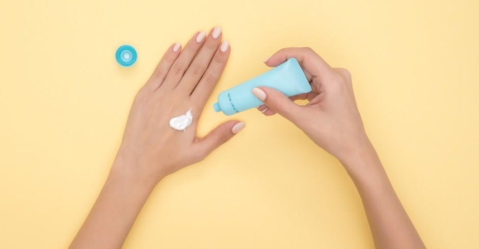 Creme; protetor solar; mão; hidratação (Foto: Pexels)