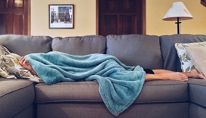 Não adianta dormir no fim de semana para recuperar o sono perdido (Foto: Pexels)