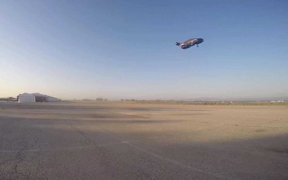 Empresa diz que carro voador pode atingir velocidades de até 185 km, ficar no ar durante uma hora e transportar até 500 kg. — Foto: Urban Aeronautics/Tactical Robotics via AP