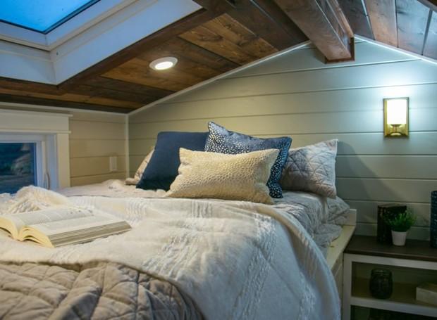 Uma claraboia fica em cima da cama, para que os proprietários possam dormir vendo as estrelas (Foto: Inhabitat/ Reprodução)
